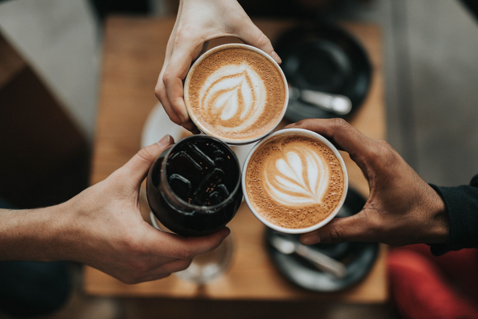 mothers meeting for coffee to talk to reduce stress